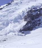 лавина, вызванная обрушением серака в ледопаде
